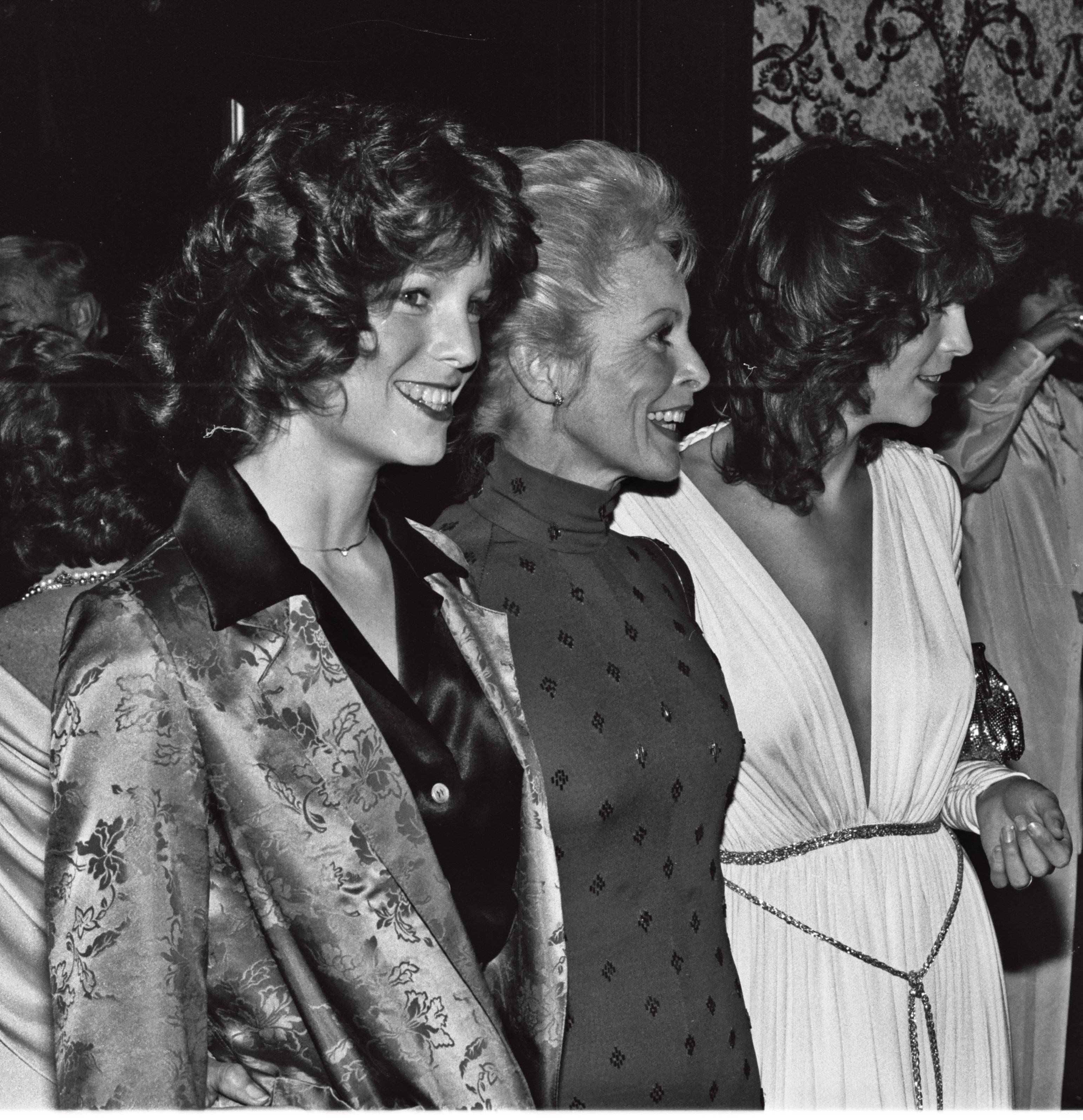 Janet Leigh (middle) with her daughters Kelly Curtis (left) and Jamie Lee Curtis (right) at the National Film Society convention in May 1979 | Image Source: Wikimedia Commons