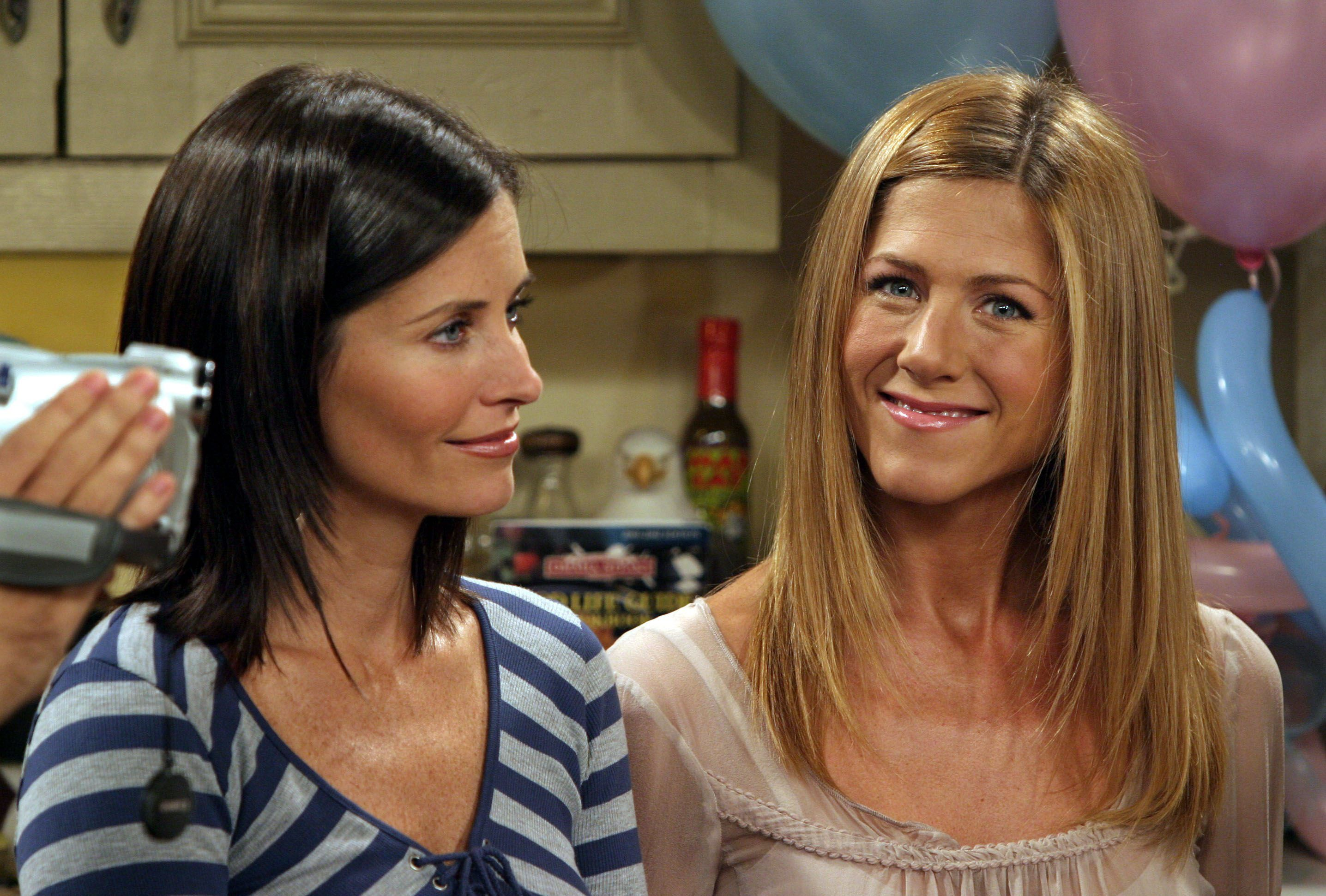 Monica and Rachel on the set of Friends/Photo:Getty Images