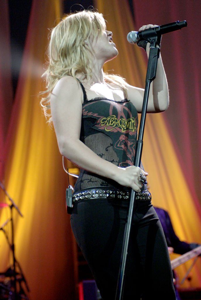 "Image Source: Getty Images/Tim Mosenfelder/ Singer Kelly Clarkson and her band perform part of Kelly's ""Breakaway World Tour"" at the H.P. Pavilion on December 21, 2005 in San Jose California"