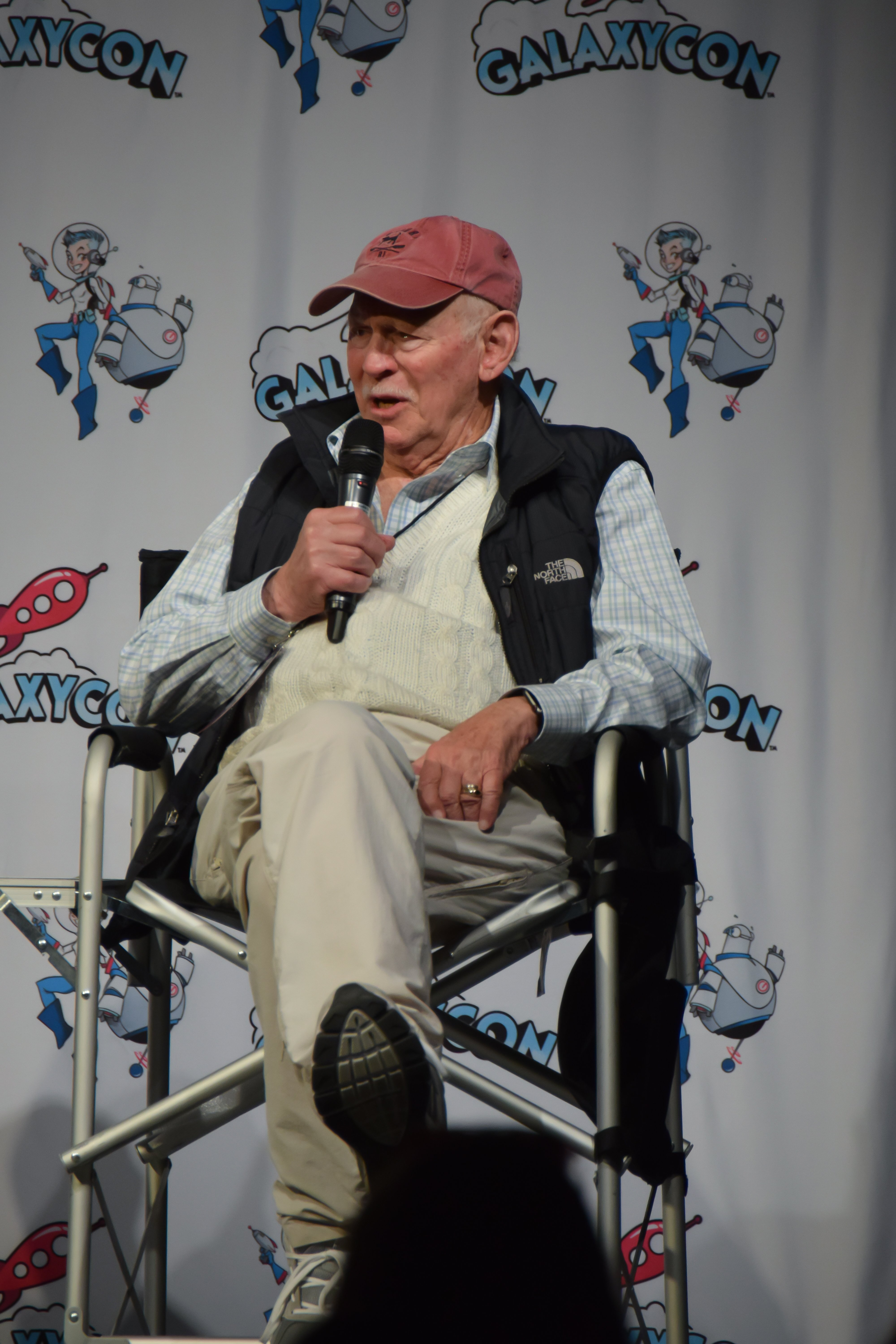Alan Oppenheimer speaking at the Voice Acting 101 Panel /CC BY-SA 2.0 / Direwolf73 / flickr