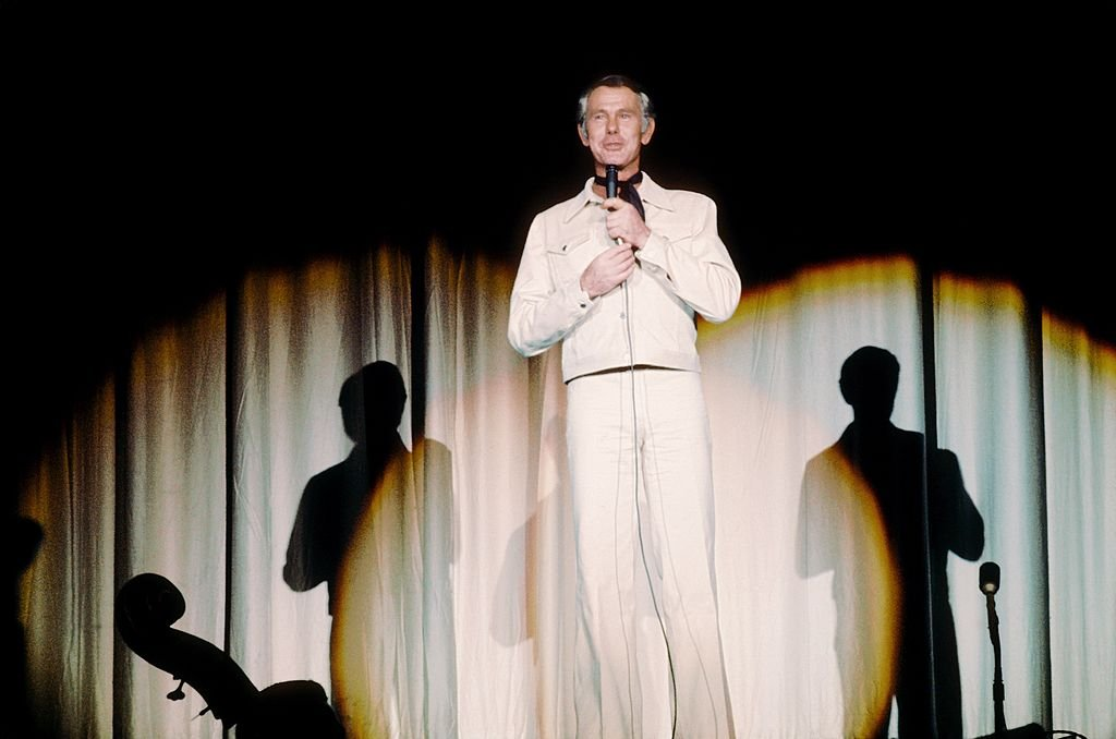 Image Credits: Getty Images / Michael Ochs Archives | Johnny Carson host of the Tonight Show, performs at the Sahara Hotel circa 1973 in Las Vegas, Nevada.