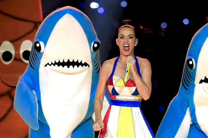 Image Credits: Getty Images / Rob Carr | Singer Katy Perry performs with dancers during the Pepsi Super Bowl XLIX Halftime Show at University of Phoenix Stadium on February 1, 2015 in Glendale, Arizona.