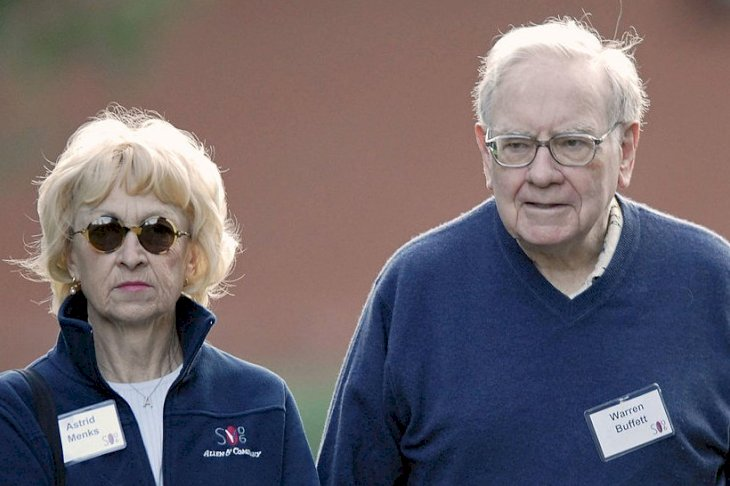 Image Credits: Getty Images / Matthew Staver / Bloomberg | Astrid Menks and Warren Buffett.