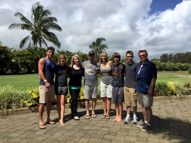 Image Source: Facebook/officialchucknorrispage | Chuck Norris shares a family vacation photo with her daughter Dina and her family.
