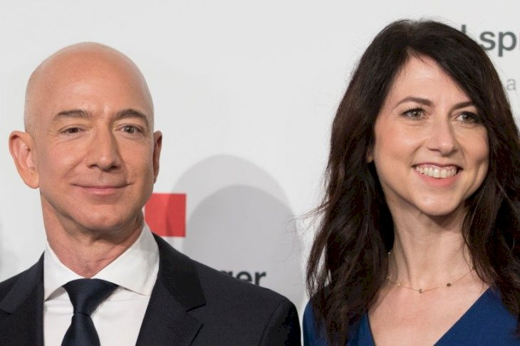 Image Credits: Getty Images / Jörg Carstensen / Picture Alliance | Jeff Bezos and MacKenzie Bezos arrive for the Axel Springer award ceremony.