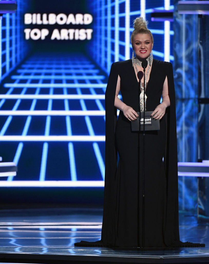 Image Source: Getty Images/Ethan Miller /Host Kelly Clarkson presents the Top Artist award during the 2019 Billboard Music Awards at MGM Grand Garden Arena on May 1, 2019 in Las Vegas, Nevada