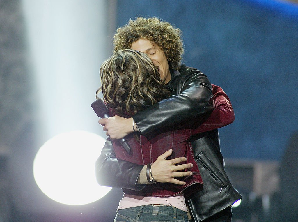 "Image Credit: Getty Images / Kelly Clarkson & Justin Guarini during ""American Idol"" Season 1 Finale - Results Show at Kodak Theatre in Hollywood, California, United States."