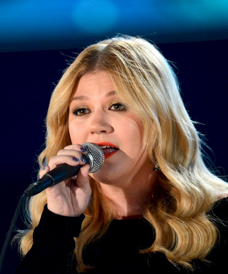 Image Credit: Getty Images / Kelly Clarkson performing at an event.