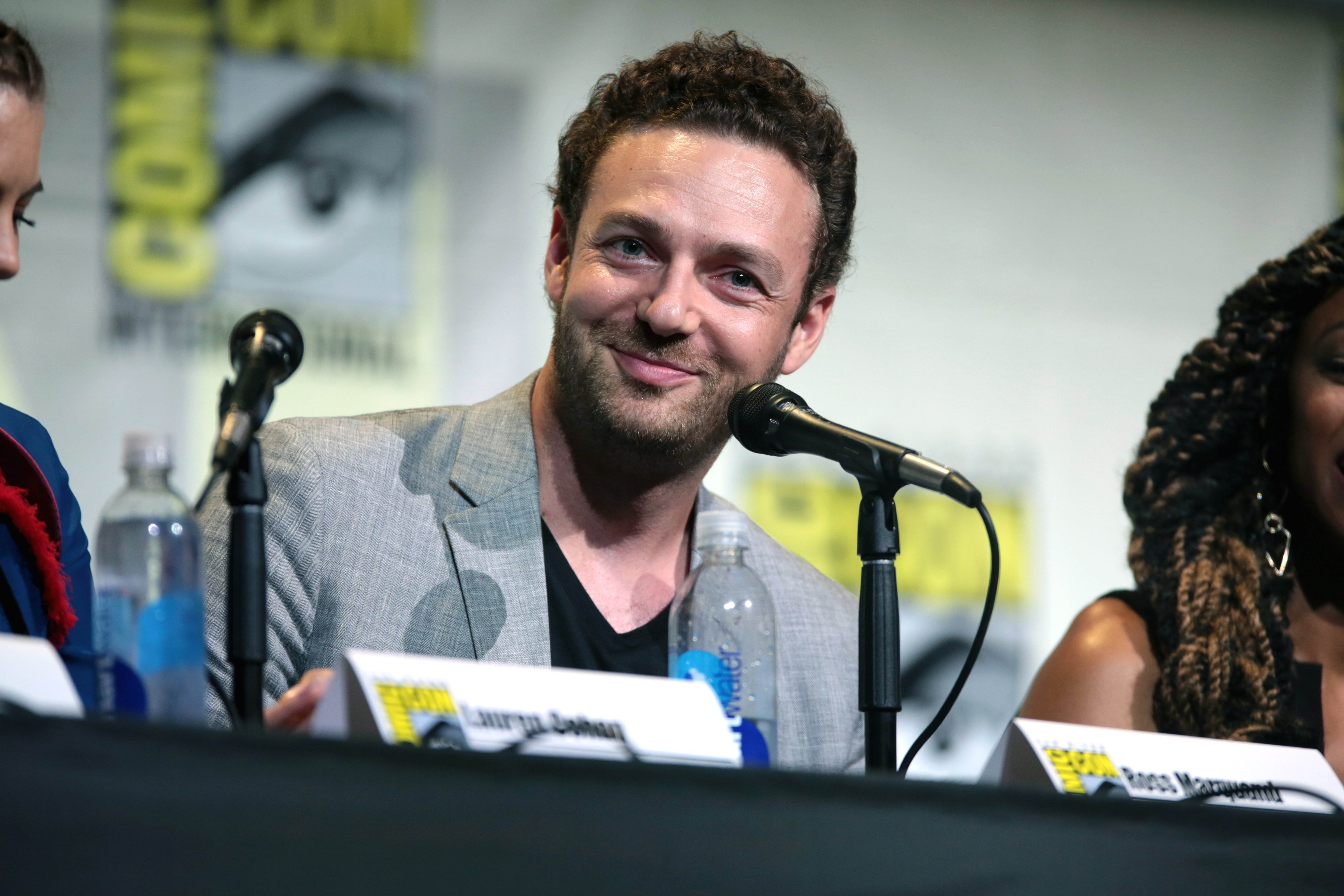 """Ross Marquand speaking at the San Diego Comic Con International for """"The Walking Dead"""" /CC BY-SA 2.0/ Gage Skidmore / flickr"""