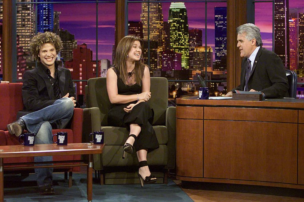 Image Credit: Getty Images / American Idol contestants Justin Guarini and Kelly Clarkson during an interview with host Jay Leno on June 9, 2003.