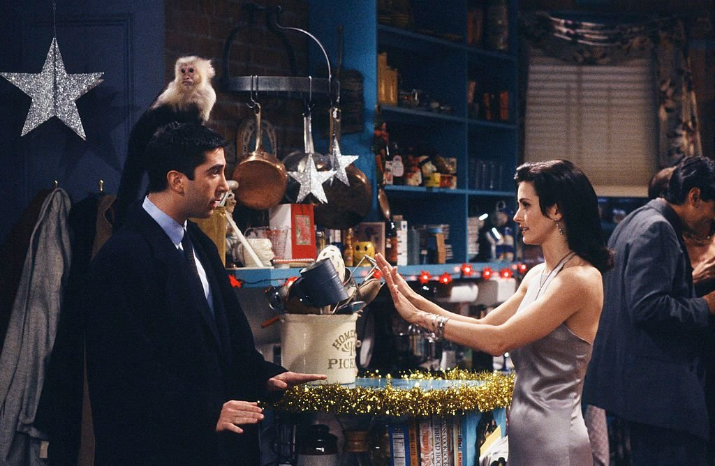 Monica and Ross on the set of Friends/Photo:Getty Images