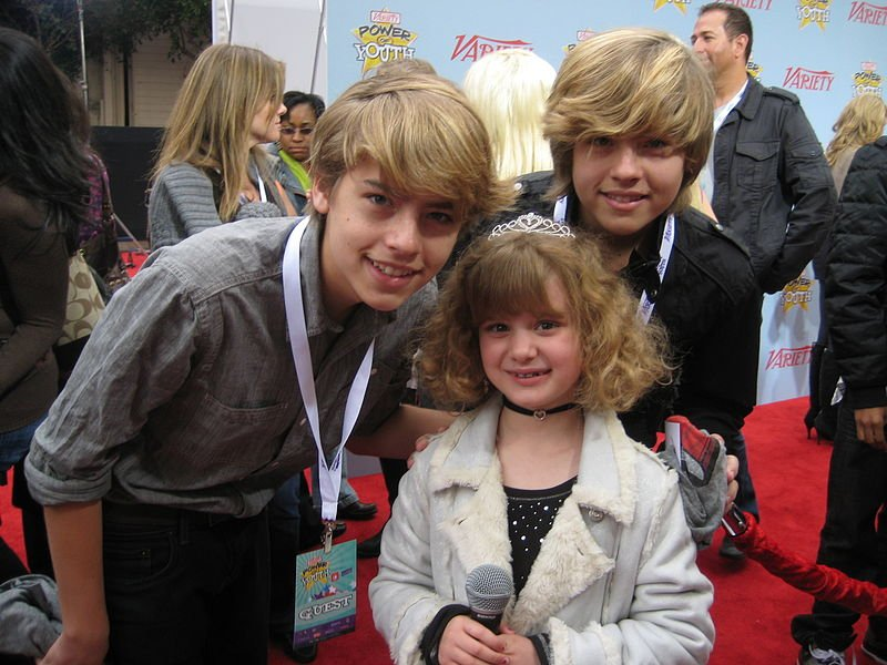 Piper's Picks® TV, Dylan and Cole Sprouse with Piper, CC BY 2.5