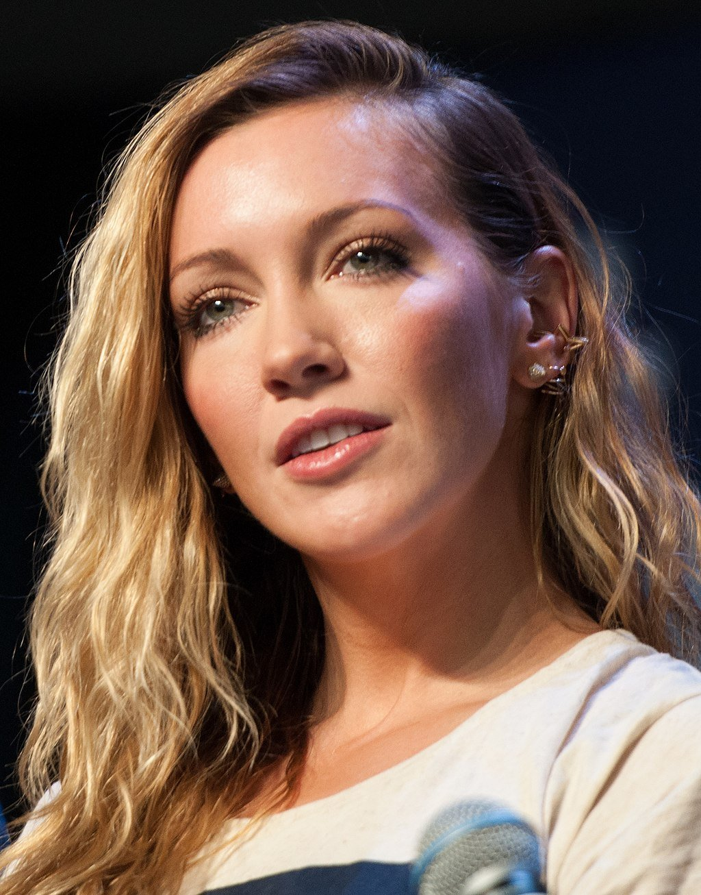 Image Source: Wikimedia Commons/Public Domain/Katie Cassidy at the Heroes and Villains convention 2016