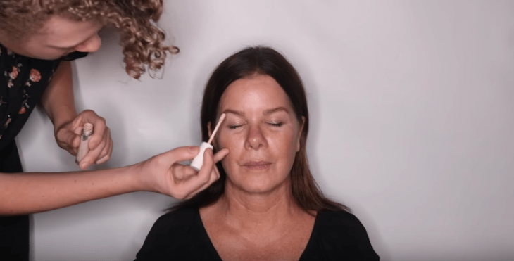 Screenshot ihres Make-Up-Tutorials mit Sohn Hudson Sheel | Quelle: YouTube / Hudson Scheel