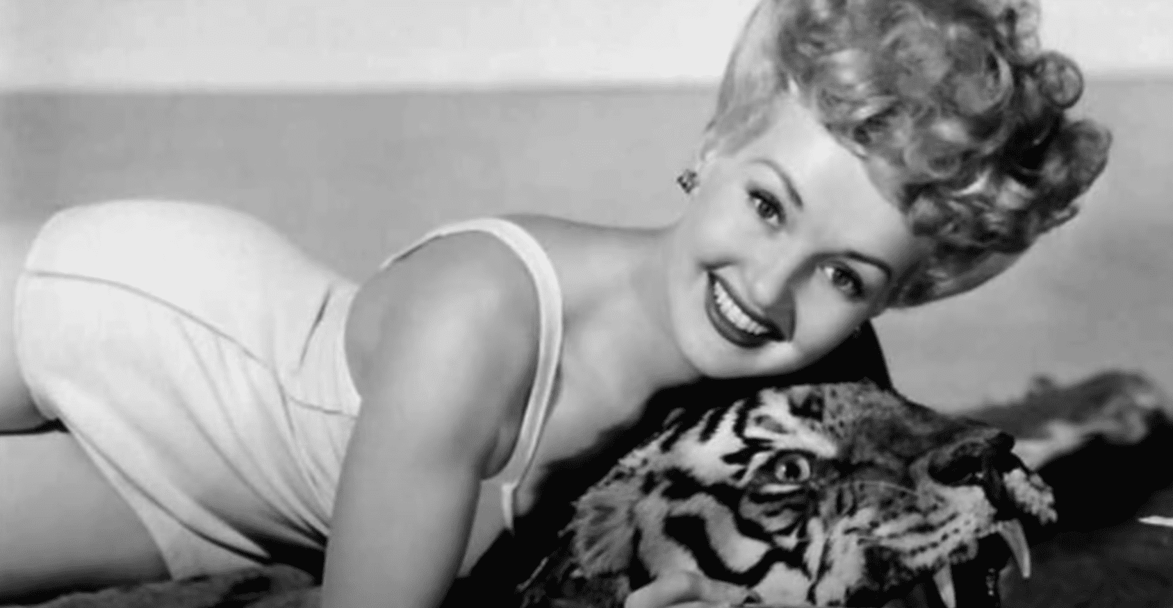 Image Source: Youtube/Mo10ta| Betty posing in her bathing suit