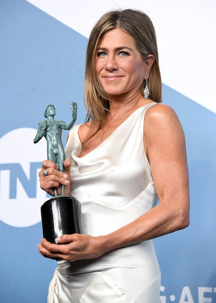 Image Credit: Getty Images / Jennifer Aniston the red carpet with her award.