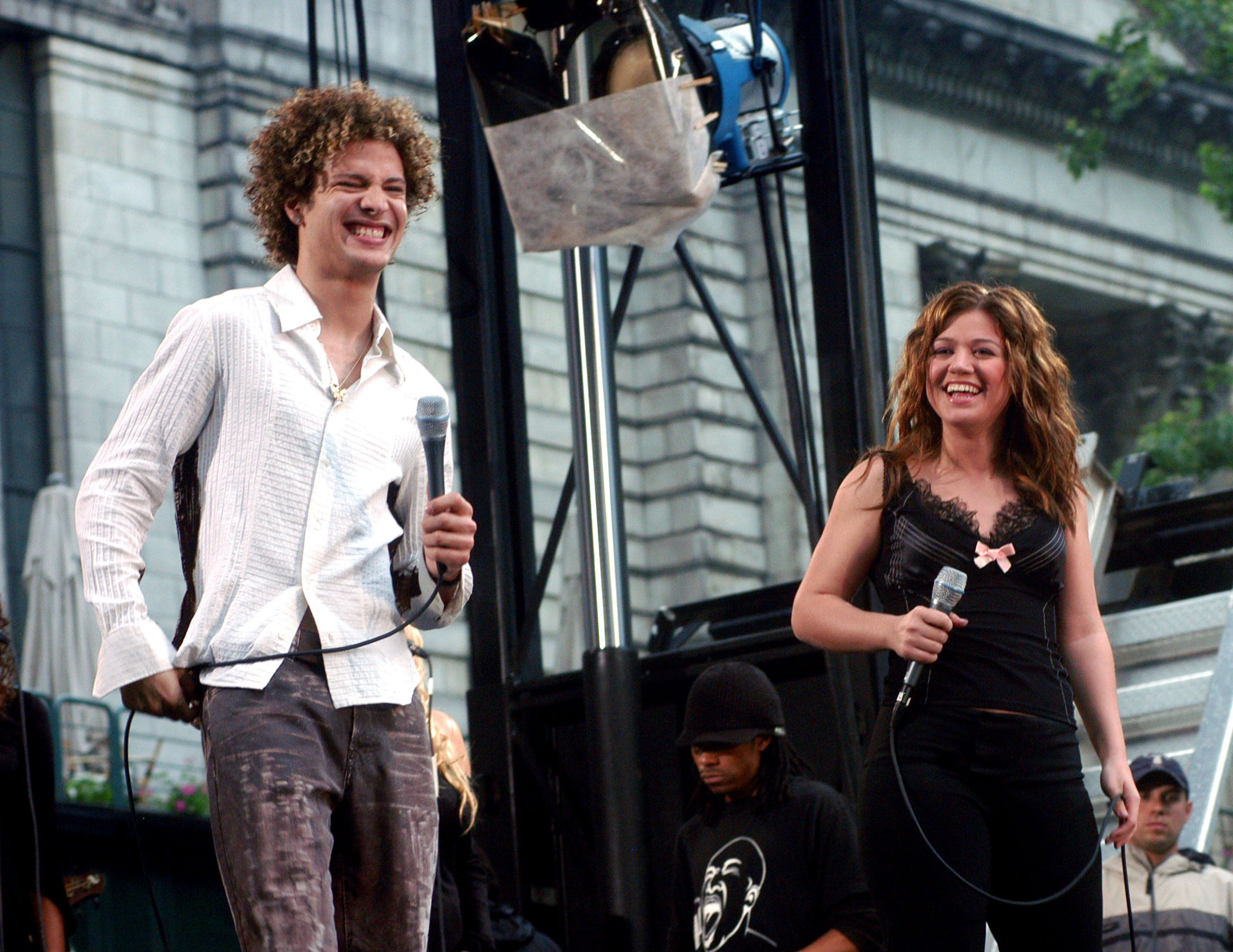 """Justin Guarini and Kelly Clarkson during """"Good Morning America's"""" 2003 Concert Series / Getty Images"""