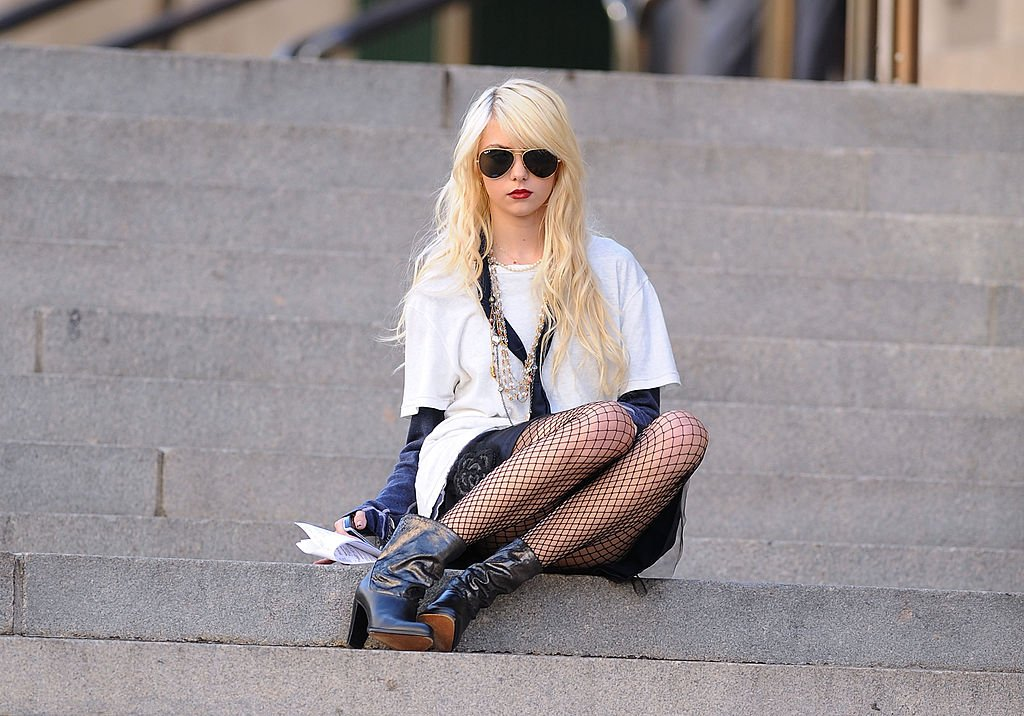 "Image Credit: Getty Images / Taylor Momsen filming on location for ""Gossip Girl"" on the streets of Manhattan on September 14, 2009 in New York City."