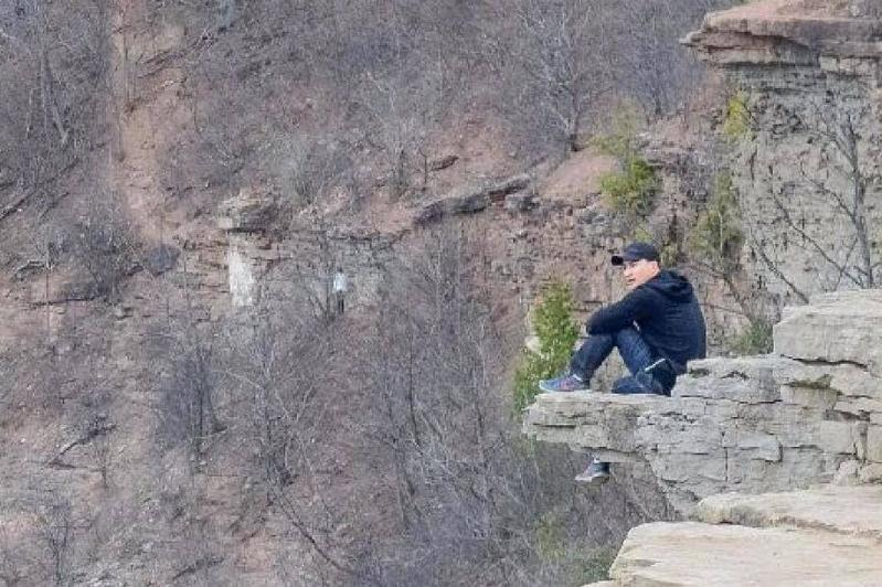 Woman Discovered Something Queer From Her Hiking Photos