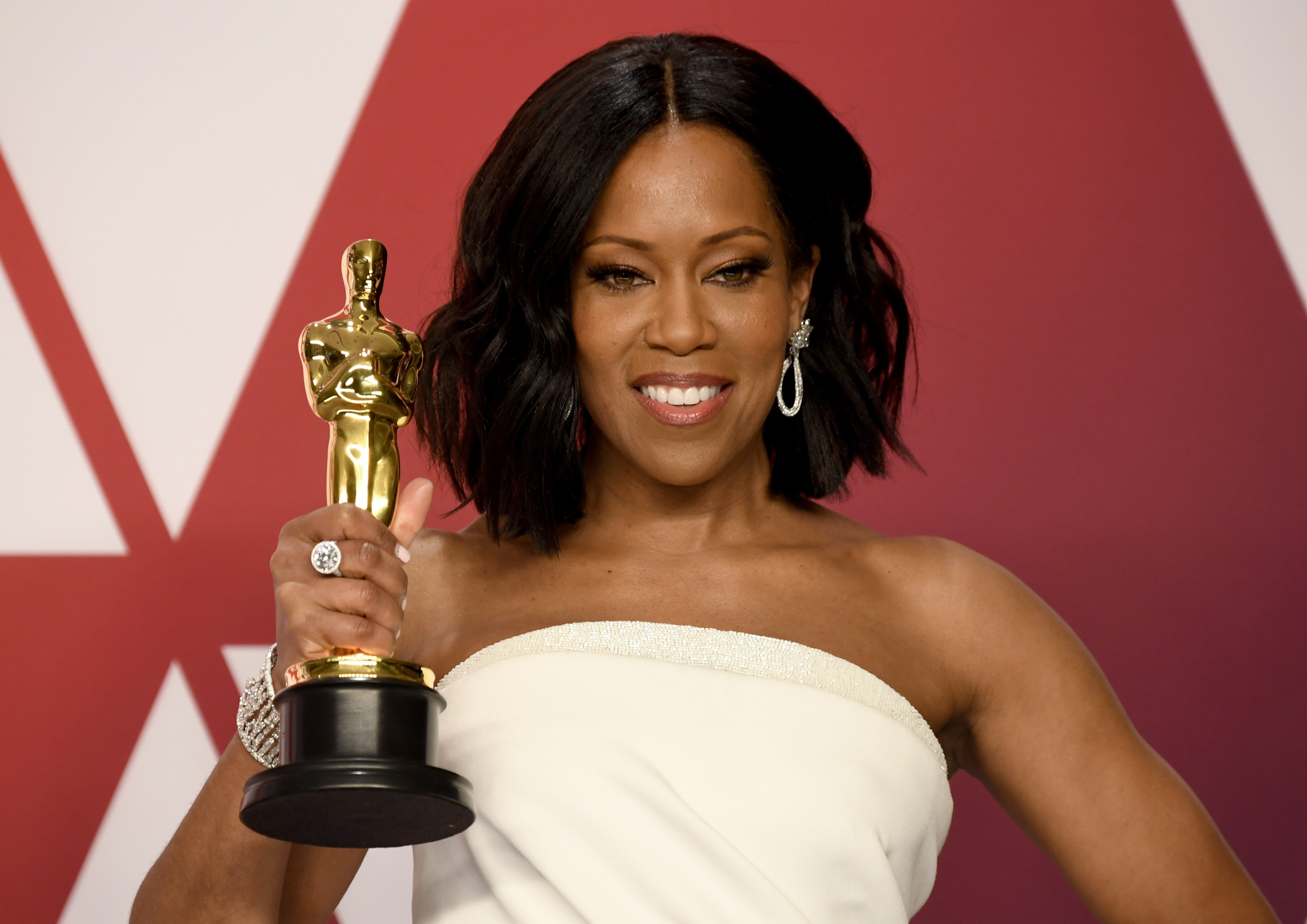 Image Credits: Getty Images | Regina King posing with her Oscar