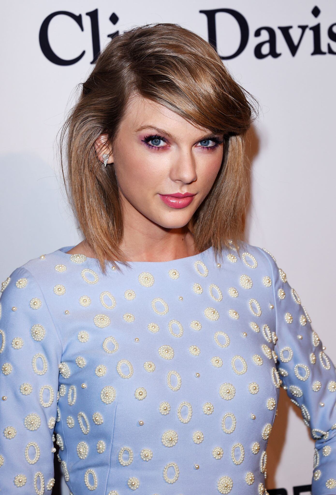 Image Credit: Getty Images / Singer Taylor Swift poses for a photo on the red carpet.