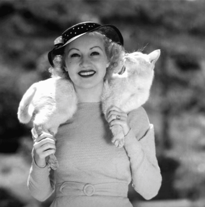 Image Source: Youtube/Mo10ta| Betty posing with her cat