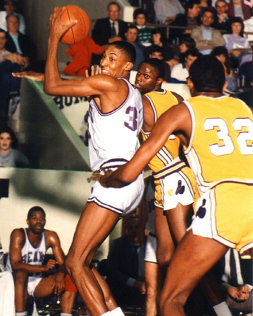 Image Credits: Getty Images / Collegiate Images | Scottie Pippen #33 of the Central Arkansas Bears looks to pass during an NCAA game circa 1987 in Conway, Arkansas.
