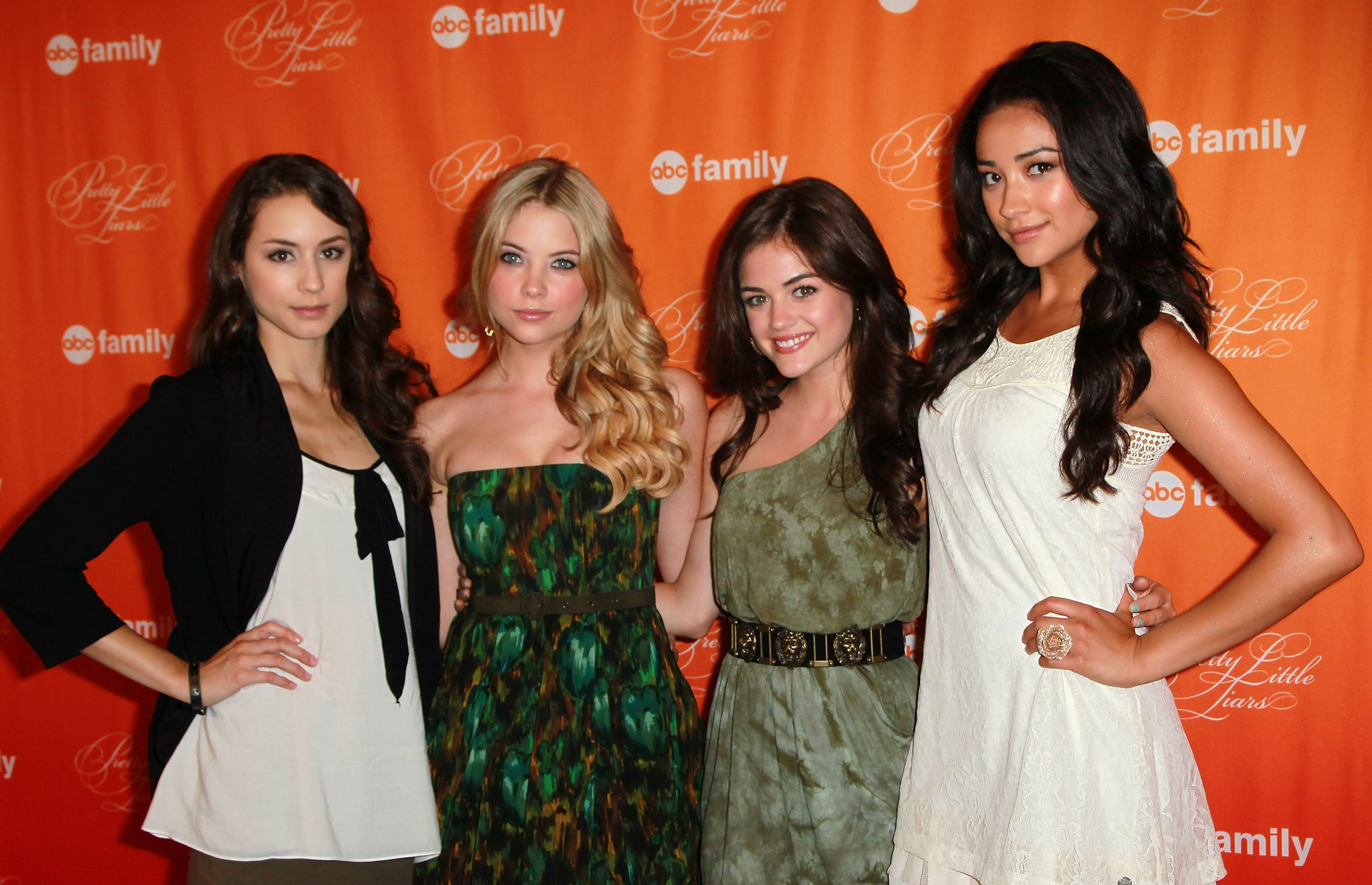 The main cast of Pretty Little Liars together / Getty Images